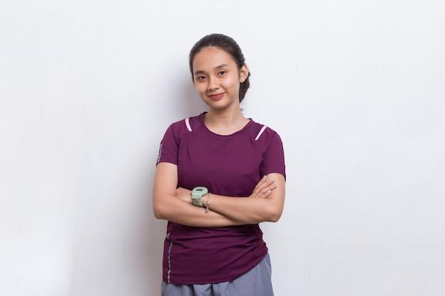 Retrato de uma jovem mulher bonita do esporte asiático em fundo branco