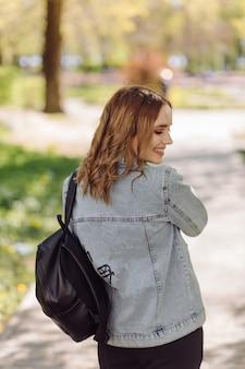 Retrato de uma jovem mulher bonita e atraente no parque verde de verão
