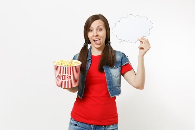 Retrato de uma jovem mulher bonita engraçada assistindo filme de filme, segurando, digamos, nuvem com lugar para texto, copyspace e balde de pipoca isolado no fundo branco. emoções no conceito de cinema. balão de fala