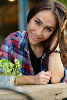 Retrato de uma jovem mulher bonita hippie relaxando no café ao ar livre