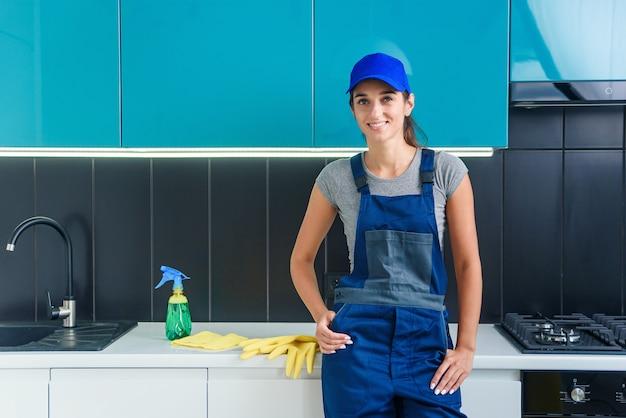 Retrato de uma jovem mulher bonita no uniforme especial do serviço de limpeza profissional.