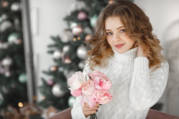 Retrato de uma jovem mulher bonita segurando um buquê