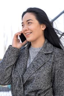 Retrato de uma jovem mulher bonita usando o celular