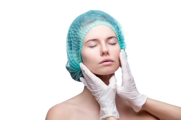 Retrato de uma jovem mulher branca se preparando para a injeção cosmética.