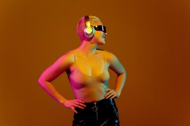 Retrato de uma jovem mulher caucasiana em fundo marrom com copyspace, aparência incomum e esquisita