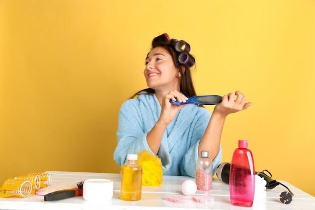 Retrato de uma jovem mulher caucasiana em sua rotina de cuidados de dia, pele e cabelo de beleza.