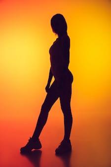 Retrato de uma jovem mulher caucasiana em um fundo gradiente amarelo com copyspace incomum e estranho