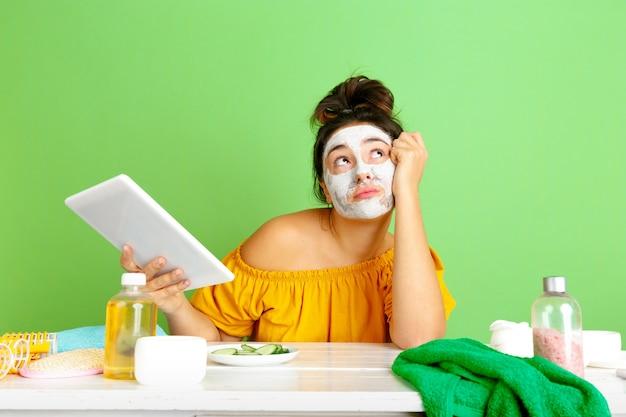 Retrato de uma jovem mulher caucasiana na rotina de cuidados de dia, pele e cabelo da beleza.