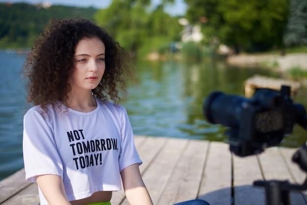 Retrato de uma jovem mulher com cabelos cacheados