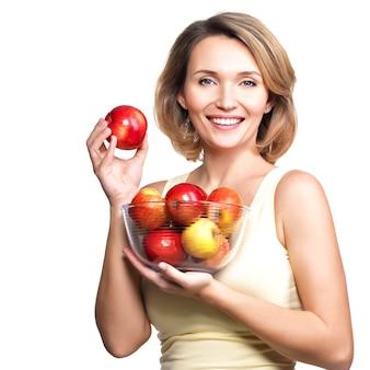 Retrato de uma jovem mulher com maçãs isoladas em branco.