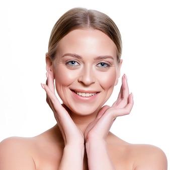 Retrato de uma jovem mulher com maquiagem brilhante