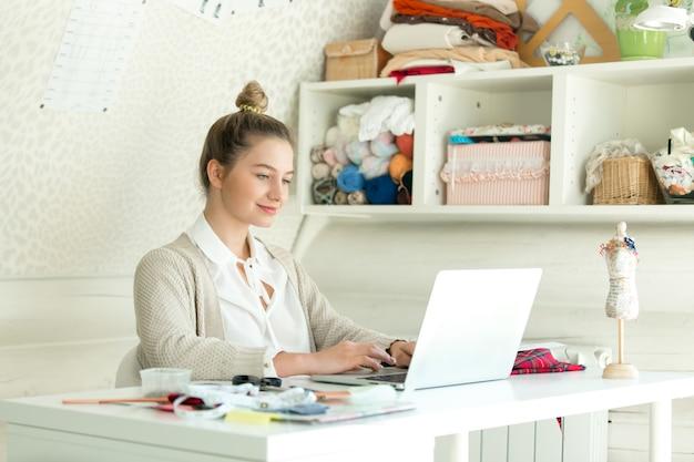 Retrato de uma jovem mulher com um laptop