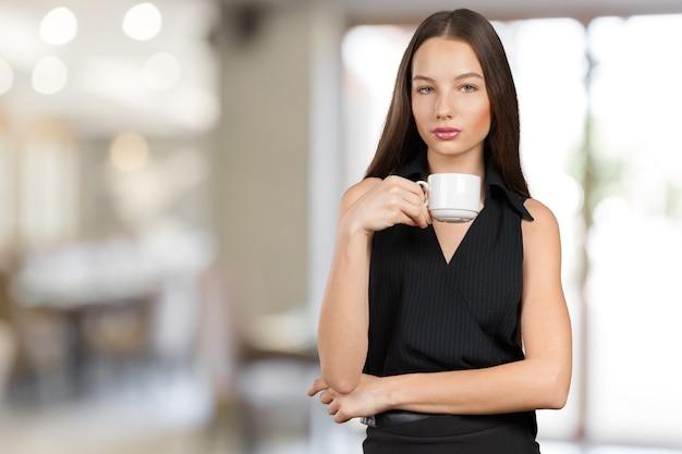 Retrato de uma jovem mulher com uma xícara de chá ou café