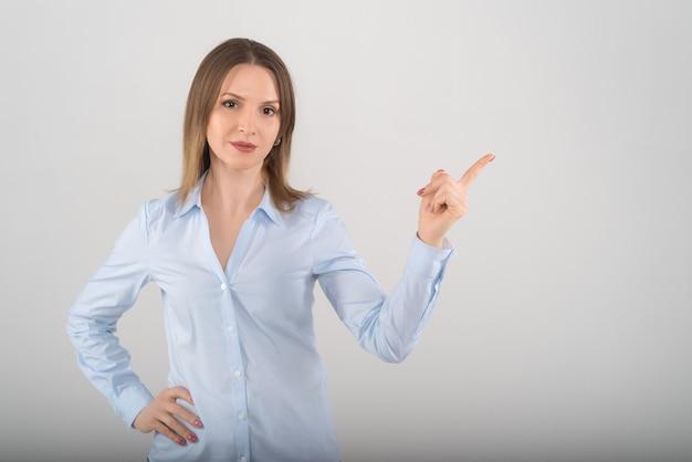 Retrato de uma jovem mulher de negócios atraente mostrando fundo branco isolado