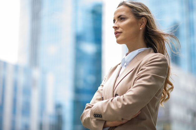 Retrato de uma jovem mulher de negócios bonita perto de seu escritório