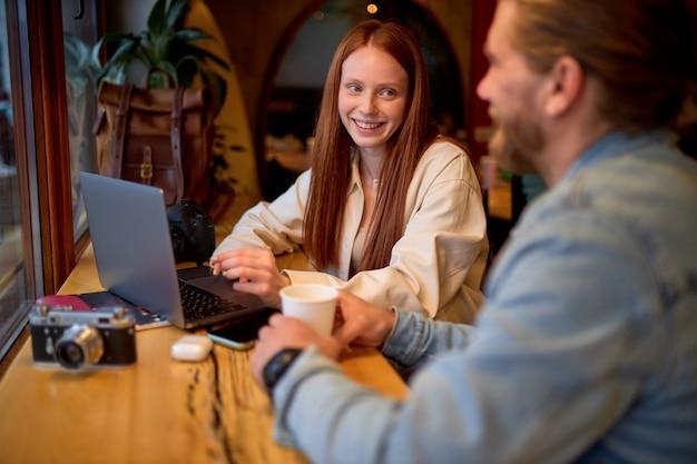 Retrato de uma jovem mulher de negócios e empresário em aconchegante cafe.freelance e trabalho remoto