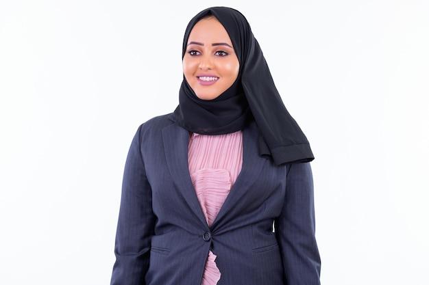 Retrato de uma jovem mulher de negócios muçulmana africana usando um hijab isolado contra uma parede branca