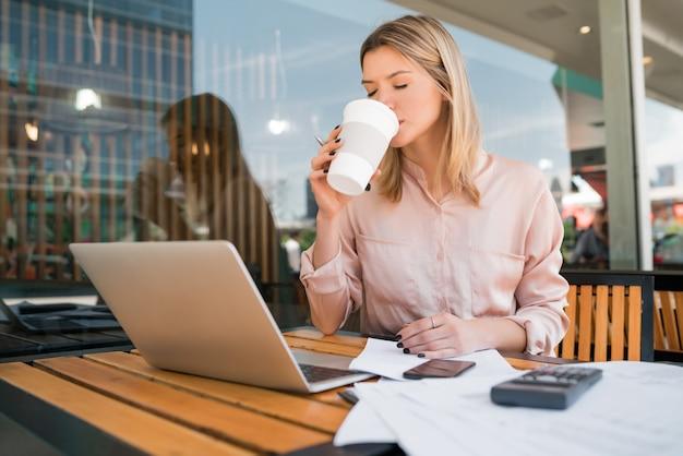 Retrato de uma jovem mulher de negócios trabalhando em seu laptop em uma cafeteria. conceito de negócios.