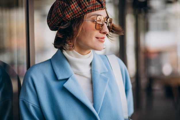 Retrato de uma jovem mulher de óculos escuros e chapéu