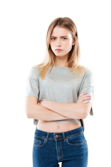 Retrato de uma jovem mulher decepcionada com raiva em pé