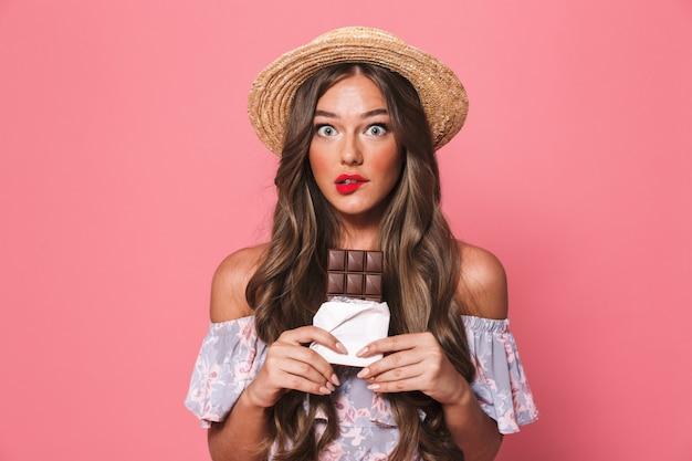 Retrato de uma jovem mulher duvidosa em roupas de verão