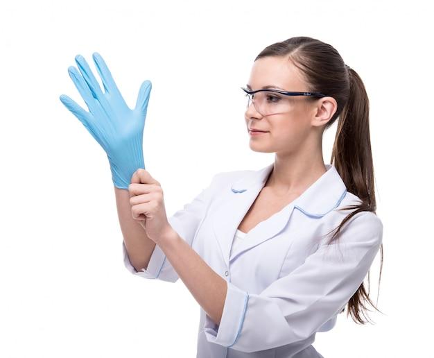 Retrato de uma jovem mulher em uniforme médico e luvas.