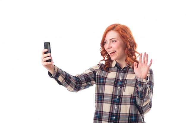 Retrato de uma jovem mulher fazendo selfie foto no smartphone