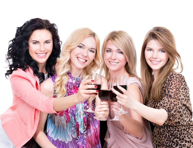 Retrato de uma jovem mulher feliz se divertindo e bebendo vinho tinto - isolado no branco