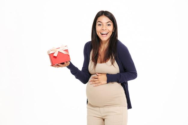 Retrato de uma jovem mulher grávida feliz
