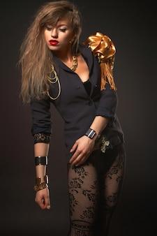 Retrato de uma jovem mulher loira bonita caucasiana no corpo da moda ouro