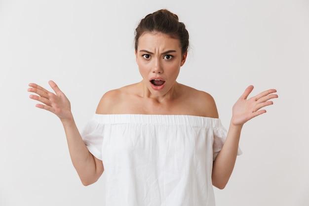 Retrato de uma jovem mulher morena casual com raiva