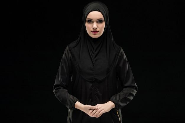 Retrato de uma jovem mulher muçulmana em roupas tradicionais