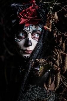Retrato de uma jovem mulher no estilo do feriado mexicano do dia dos mortos