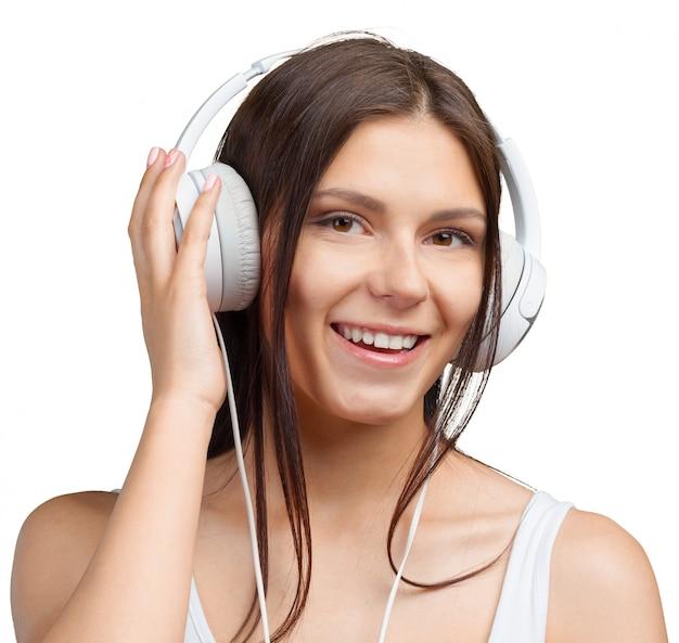 Retrato de uma jovem mulher ouvindo música com fones de ouvido