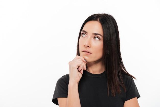 Retrato de uma jovem mulher pensativa olhando para longe