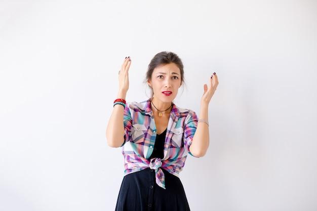 Retrato de uma jovem mulher preocupada em branco