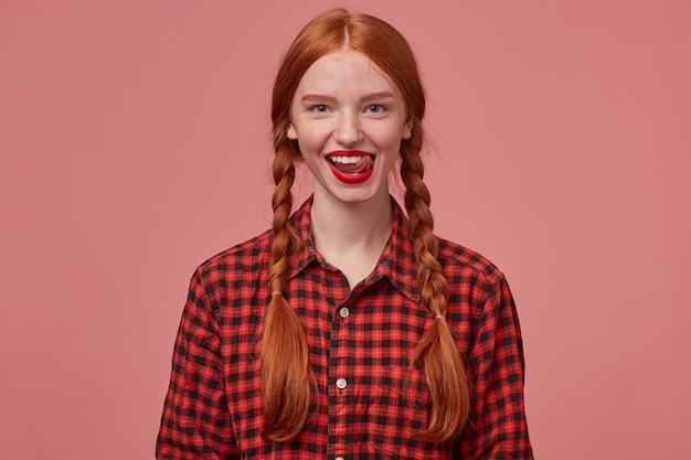 Retrato de uma jovem mulher ruiva com rabo de cavalo, sorrindo amplamente enquanto flerta com o namorado