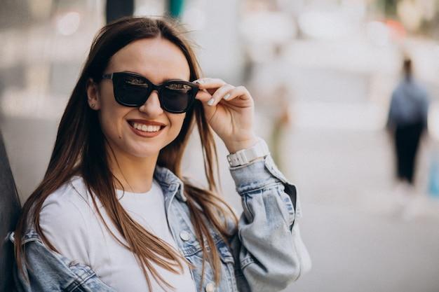 Retrato de uma jovem mulher saudável na cidade