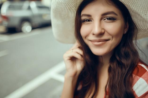 Retrato de uma jovem mulher sexy muito atraente com maquiagem natural, com belos olhos