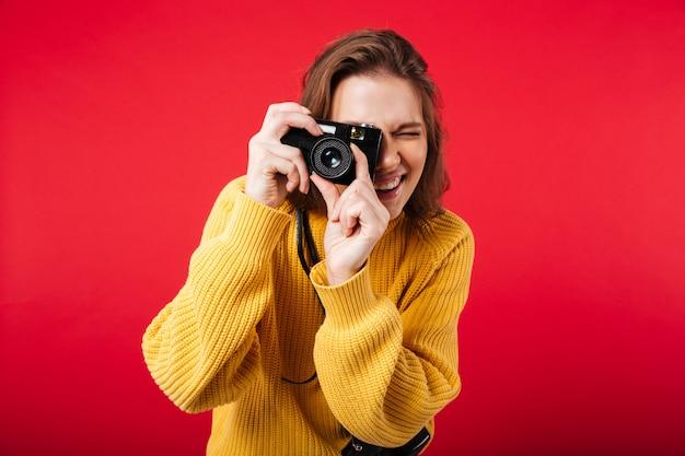 Retrato de uma jovem mulher tirando uma foto