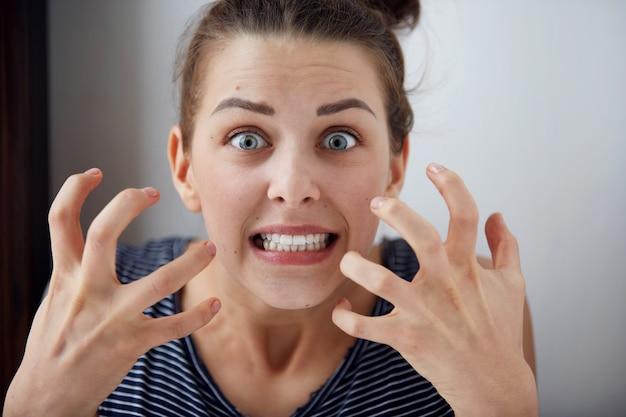 Retrato de uma jovem mulher zangada infeliz, irritada com algo