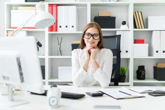 Retrato de uma jovem no escritório na mesa.