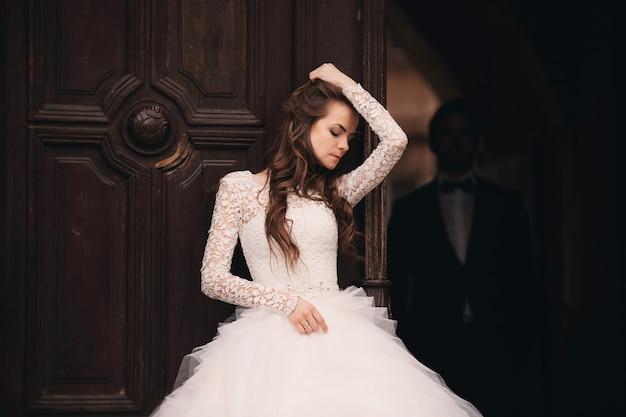 Retrato de uma jovem noiva linda em um vestido de noiva branco