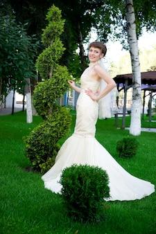 Retrato de uma jovem noiva linda na natureza
