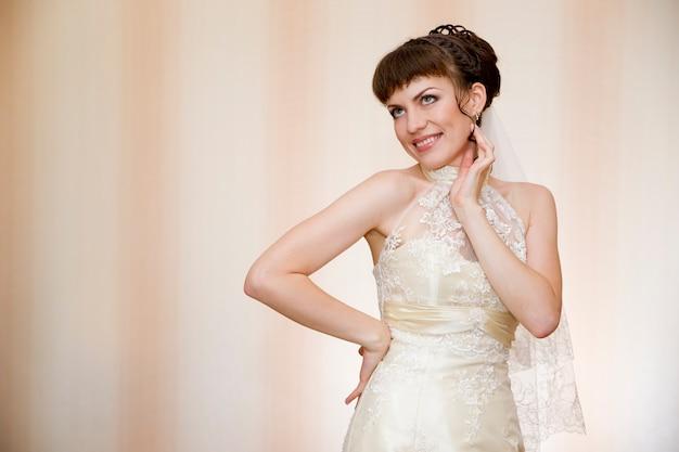 Retrato de uma jovem noiva linda