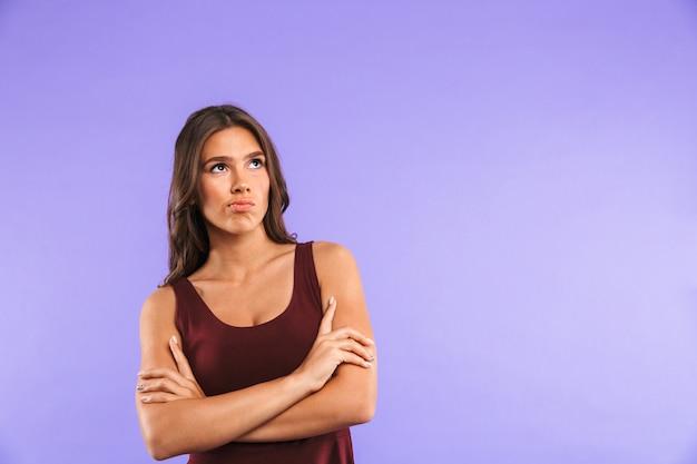 Retrato de uma jovem pensativa em pé isolado