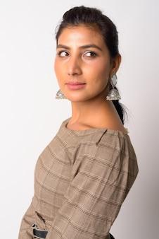 Retrato de uma jovem persa linda contra uma parede branca