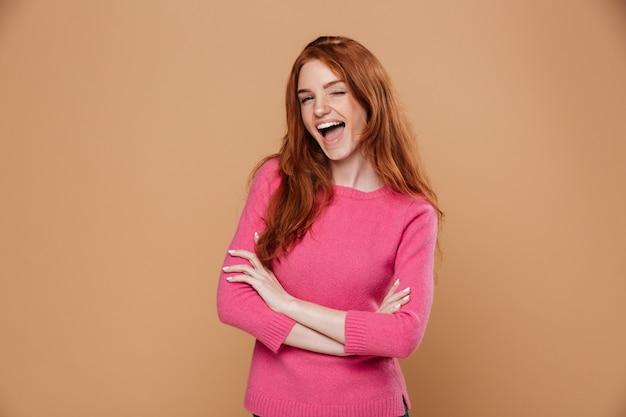 Retrato de uma jovem ruiva alegre olhando feliz