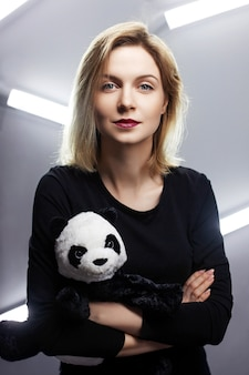Retrato de uma jovem segurando um panda de pelúcia