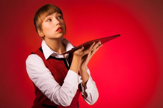 Retrato de uma jovem sensível com envelope para papéis em vermelho